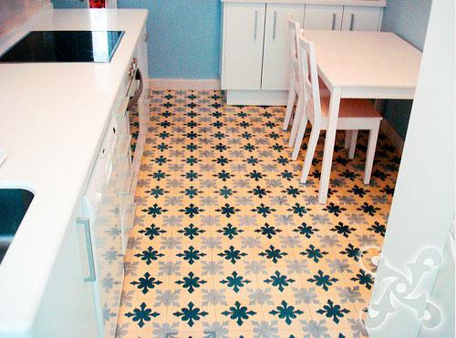 Durch farbige Zementfliesen gewinnt die Küche sofort an Charme und Wohnlichkeit.